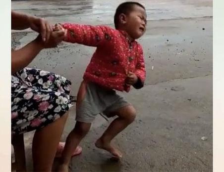 大熱天下個雨,奶奶給孫子穿上花棉襖,網友:同款奶奶!!